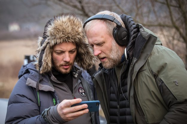 Režisér Peter Bebjak (vpravo dole) s kameramanom Martinom Rauom.