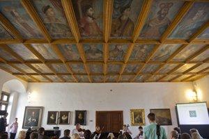 Kazetový strop s portrétmi panovníkov v Kráľovskej sieni zámku.