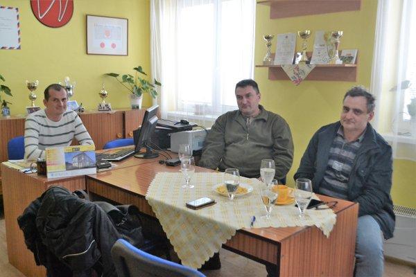 Starostovia majú hlavy v smútku. Po zatvorení obchodov denne počúvajú nespokojných ľudí. Zľava: Richard Laššan (Lehôtka) Vladimír Kumštár (Lipovany), Pavel Kyseľ (Polichno).