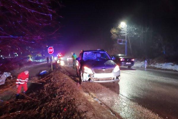 Chodec po zrážke s autom ostal nehybne ležať na zemi.