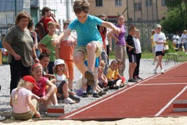 O atletické súťaže na tartanovej dráhe v ZŠ Zarevúca mali deti veľký záujem.