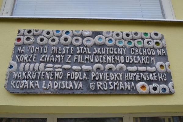 Pamätná tabuľa Ladislava Grosmana v Humennom.