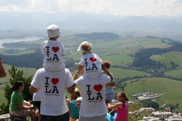 O tričká, ktoré si obliekli aj najmladšie účastníčky výstupu Tamarka a Grétka Bellové, s logom výstupu I Love Liptovská Anna, bol veľký záujem.
