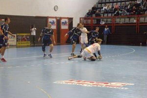 Považská Bystrica (v bielom) bude mať v tejto sezóne iba jeden mužský tím.