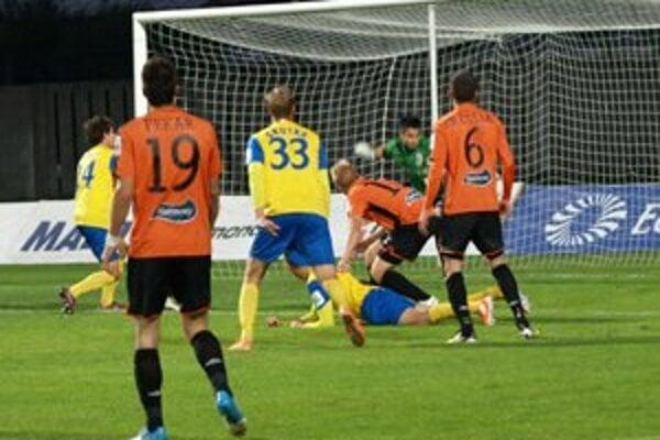 Do zápasu živšie vstúpili hostia a za štyri minúty sa do dvoch sľubných príležitostí dostal Karaš.