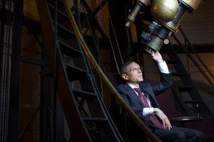 Avi Loeb pózuje v obesrvatóriu blízko jeho kancelárie v americkom Cambridgi. Jeho teória o mimozemskej lodi rozvírila kontroverziu v astronomickej komunite.