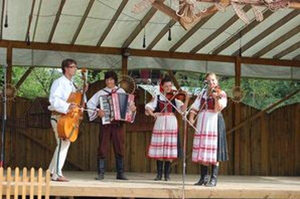Z vystúpenia folklórneho súboru na praznovských slávnostiach.