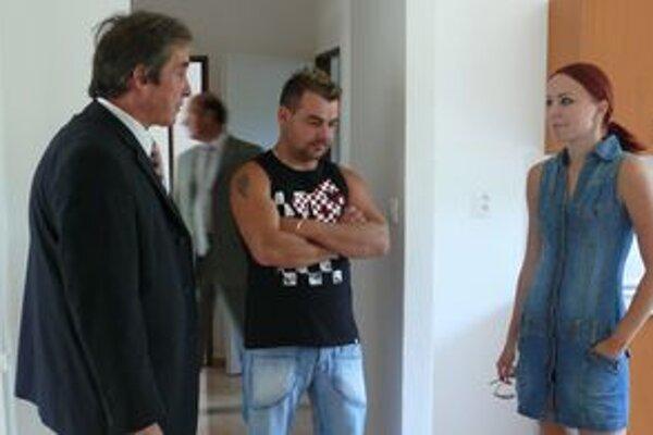 Mladí nájomníci,Radovan Kuvik s partnerkou a starosta obec. Bolo potrebné dohodnúť detaily pri odovzdávaní bytu.
