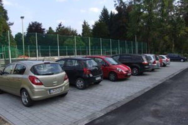 Ani  nové  parkovisko pri poliklinike v Liptovskom Hrádku celkom situáciu nevyriešilo. Parkovacích miest je stále málo.