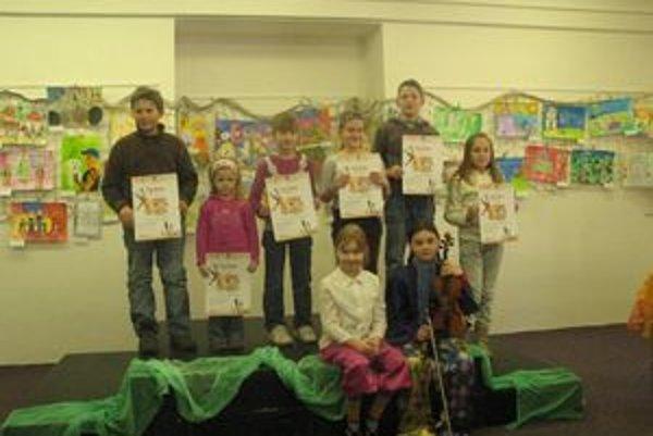 Autori víťazných kresieb s diplomami.