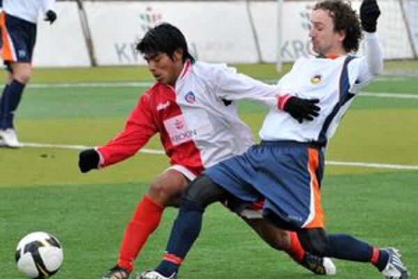Trenčan Omar Baez Aldo (vľavo) v súboji o loptu s hosťujúcim Radoslavom Bellom.