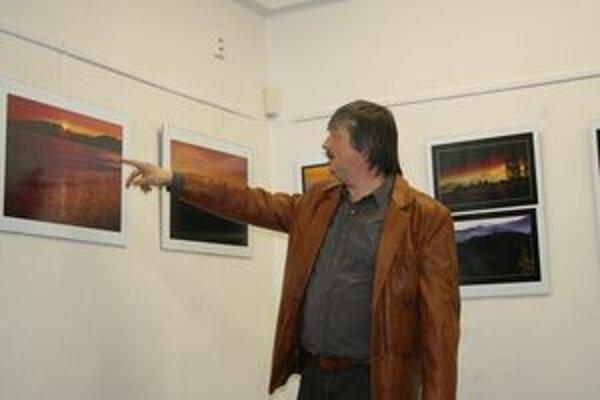 Ľubomír Schmida na vernisáži svojej výstavy Živly zeme.