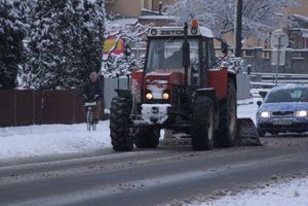 Zimná údržba trvá oficiálne do 15. marca, ale pre nepriaznivé počasie ju museli tento rok trochu predĺžiť. Pred dvoma rokmi cestári odhŕňali sneh ešte počas veľkonočných sviatkov.