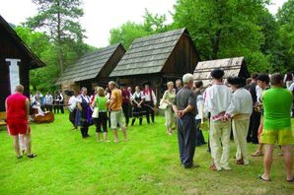 Na priestranstve za pódiom ste mohli vidieť kroje z rôznych kútov regiónu i Slovenska.