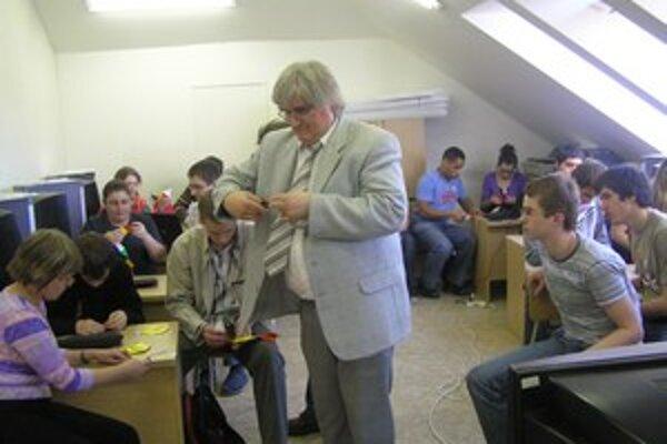 Profesor Peter Kertési z Univerzity v Miskolci medzi ružomberskými študentmi.