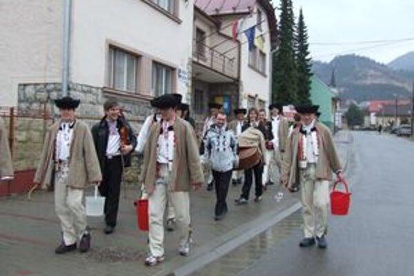 Po dedine chodili mládenci z folklórneho súboru Váh s vedrami vody a šesťmetrovým korbáčom. V Závažnej Porube z takejto kúpačky a šibačky dievčatá a ženy vraj opekneli.