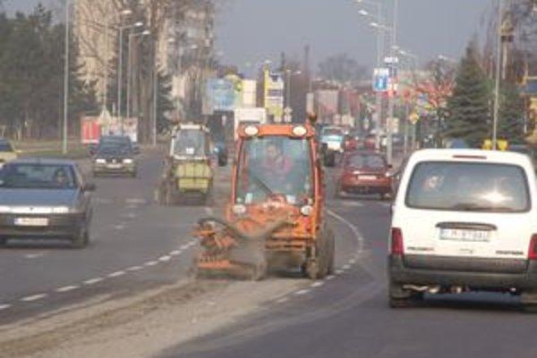 Technické služby zabezpečujú pre mesto všetky verejno-prospešné práce, vrátane čistenia a údržby komunikácií.