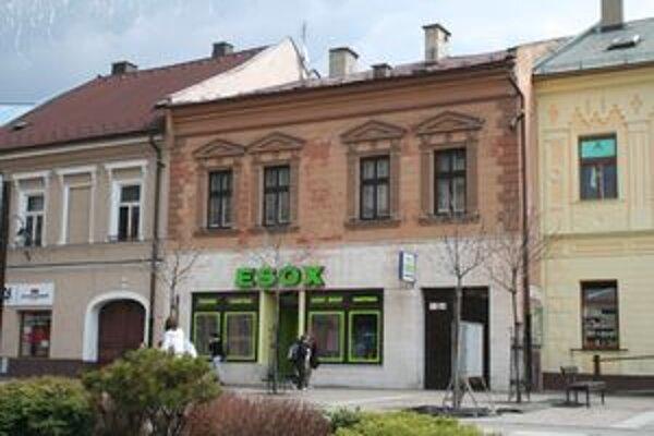 V budove, ktorú mesto dalo hokejistom ako majetkový vklad, je predajňa s rybárskymi potrebami a byty.