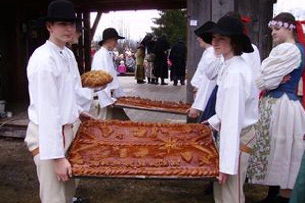 Veľkorozmerné obradné koláče krájala Vesna a ponúkala nimi návštevníkov.