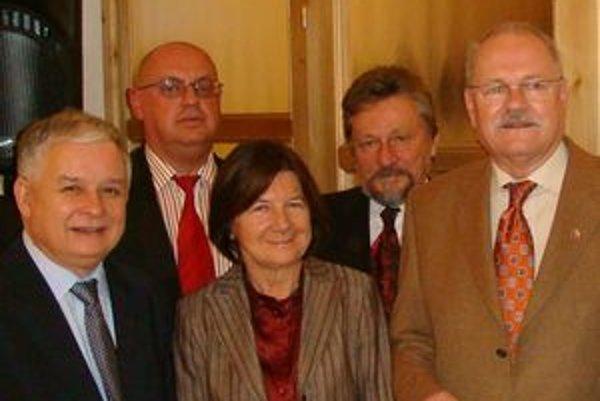 Za prezidentom Lechom Kaczynskim a jeho manželkou Máriou (zľava)stojí Tadeusz Frackowiak. Za Ivanom Gašparovičom (vpravo) primátor Dolného Kubína Ivan Budiak.