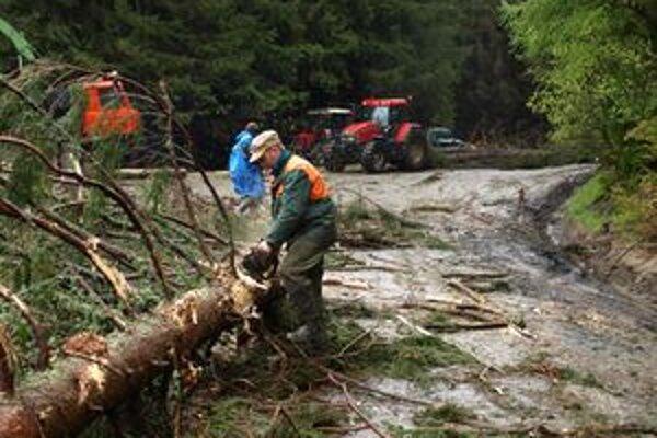 Na ceste nad Vyšnou Bocou sú aj dnes popadané stromy a horským prechodom Čertovica sa nedá prejsť.