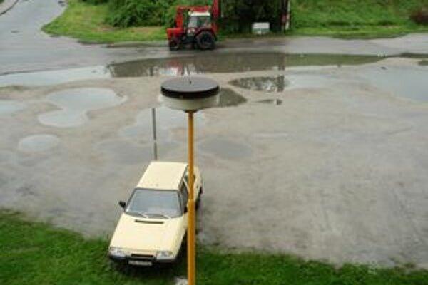 Problémom nie je iba nedostatok parkovacích miest, ale aj neupravený terén okolo panelákov, kde často bývajú kaluže a blato.