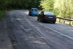 Cesta na Čertovicu dá autám aj vodičom poriadne zabrať.