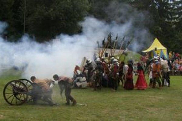 Na predchádzajúcom ročníku Likavských hradných slávnosti hrad dobyli husiti. Tento raz sa ho kráľovské vojská pokúsia dobyť späť.