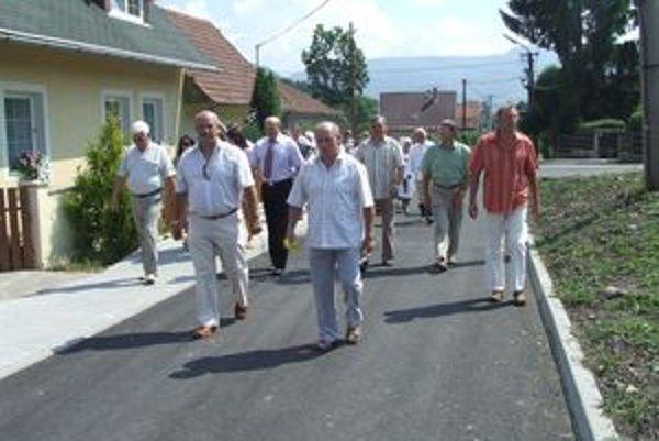 Prechádzka po novej ceste skončila tam, kde aj cesta. Pri salaši. Valasi návštevu privítali žinčicou a syrom.
