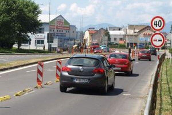 Práce na križovatke súvisia s napojením obchodného centra na hlavnú cestu.