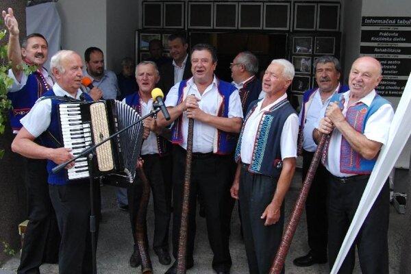 Seniorom na Bôriku zaspievali aj členovia Folklórneho súboru Hájiček z Chrenovca-Brusna.