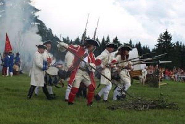Bitka pri Vavrišove ako kedysi: v historických kostýmoch, za rachotu pušiek, diel a v dyme výbuchov.