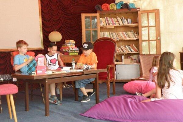 Základom letnej čitárne bola v minulom roku obývačka.