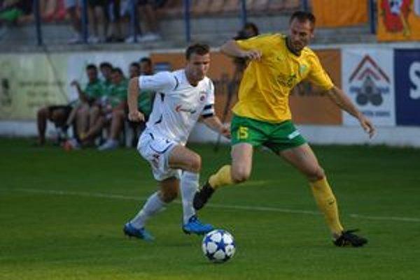 Zľava Tomáš Ďubek z Ružomberka a Žilinčan  Jozef Piaček v zápase  medzi MFK Ružomberok a MŠK Žilina