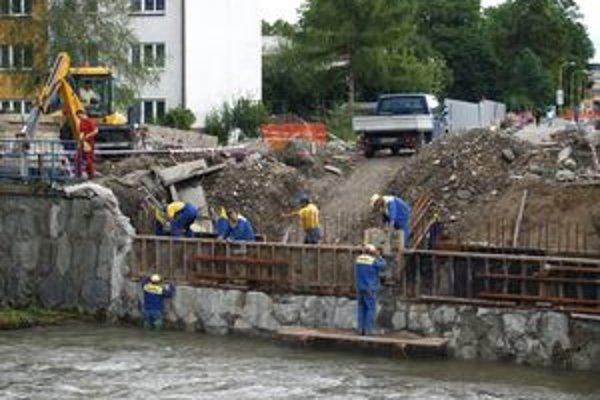 Betónovanie mosta cez rieku Revúca.