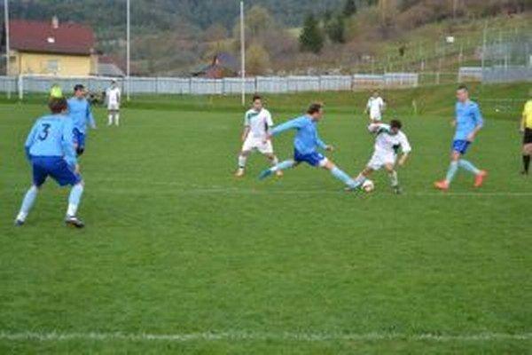 Hybben (v bielom) s loptou poistil výhru Prečína v Lehote.