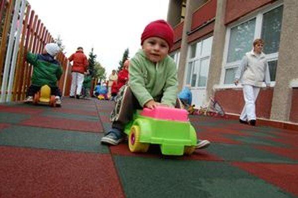 Vďaka opravenej terase, ktorá je nielen bezpečná, ale šetrí pri hrách aj detskú chrbticu, sa môžu deti v jasliach pokojne hrať.