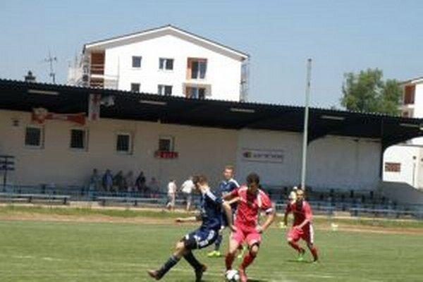 Novodubničan Maník (v červenom) po vydarenej kľučke dal Bolerázu prvý gól.