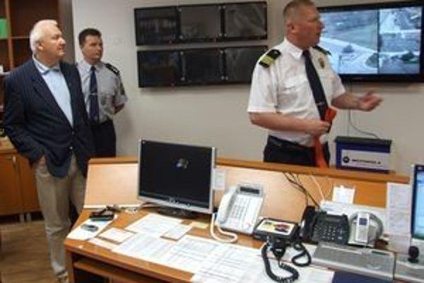 Dalibor Šalplachta (vpravo) vysvetľuje, že moderný kamerový systém prispel k zaznamenaniu väčšieho počtu priestupkov.