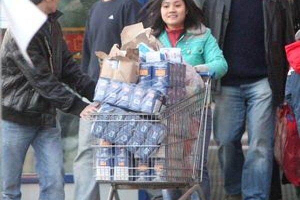 Mnohí ľudia platia stravnými lístkami za nákupy.