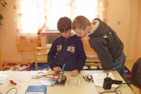 V ružomberskom Centre voľného času Elán majú bohatú ponuku krúžkov. Napríklad, aj pre žiakov, ktorých baví elektronika.