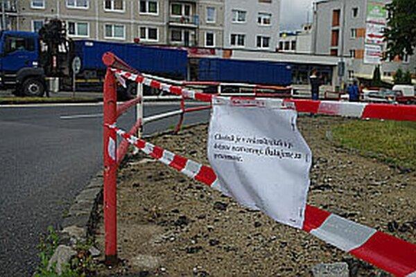 Chodníky opravujú alebo budú opravovať vo viacerých častiach mesta.