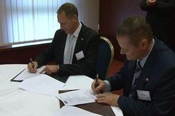 Peter Stenberg a Milan Daniš (vpravo) podpisujú zmluvu o spolupráci.