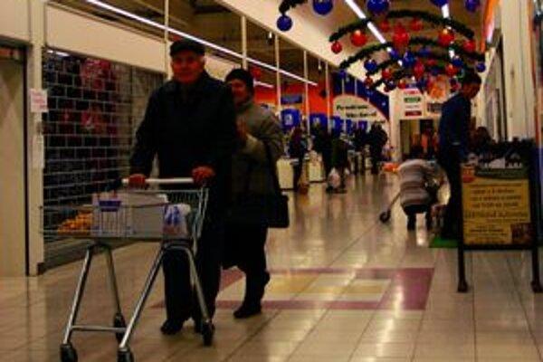 Ľudia si na Vianoce doprajú viac ako počas roka. Na darčeky si berú aj úvery.