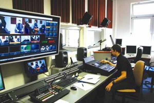 Teoretické vedomosti si môžu študenti žurnalistiky vyskúšať prakticky v modernom televíznom štúdiu.
