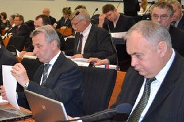 Poslanci Žilinského samosprávne kraja majú najvyššie odmeny na Slovensku. Župan Blanár im navrhol, aby si odmeny znížili. Pravicoví a nezávislí poslanci návrh z rokovania stiahli.