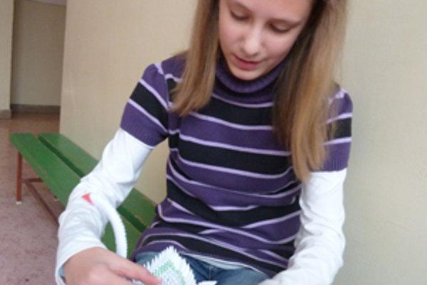Linda má veľkú trpezlivosť, a tak jej skladanie origamov ide jedna radosť.
