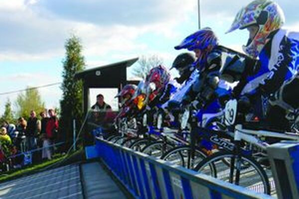 Prvý deň pretekári odjazdili takzvané kontrolné preteky, ktoré majú preveriť výkonnosť pretekárov po zimnej sezóne.
