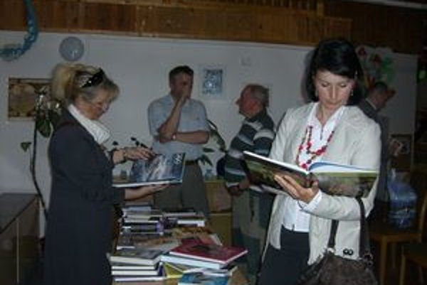 Po vyhlásení Knihy roka si návštevníci knižnice víťazné knihy  poprezerali, podiskutovali s niektorými autormi aj pracovníčkami knižnice.