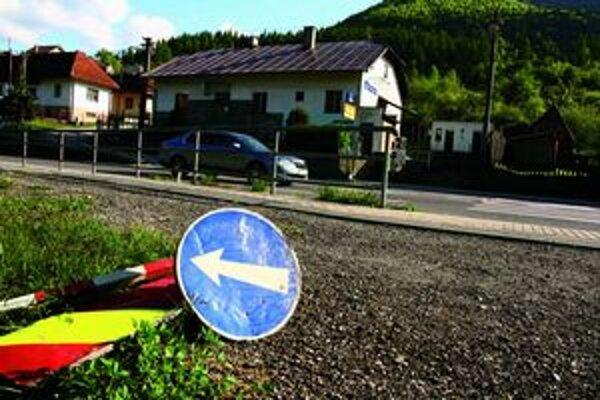 Dopravné značky sú viac na zemi ako na ceste.